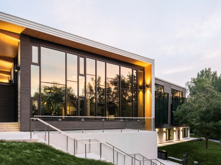 """Urban by nature"" inspires the lighting design of LEED-certified visitor centre - Laval"